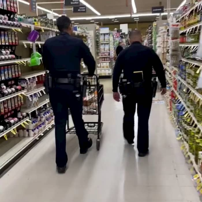 california-policen-buys-groceries-for-elderly-3