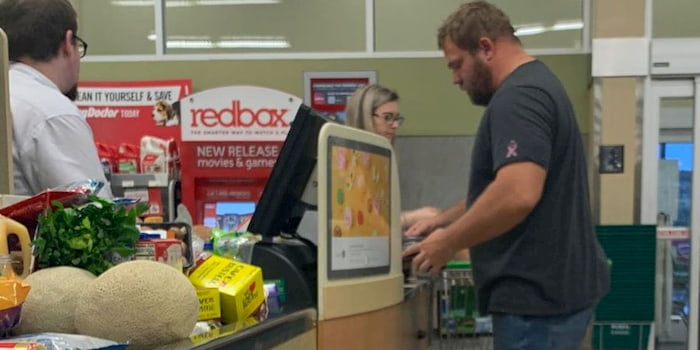 man-pays-for-strangers'-groceries