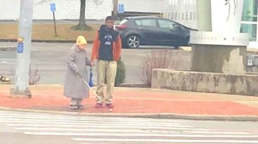 teen-helps-blind-woman-cross-street