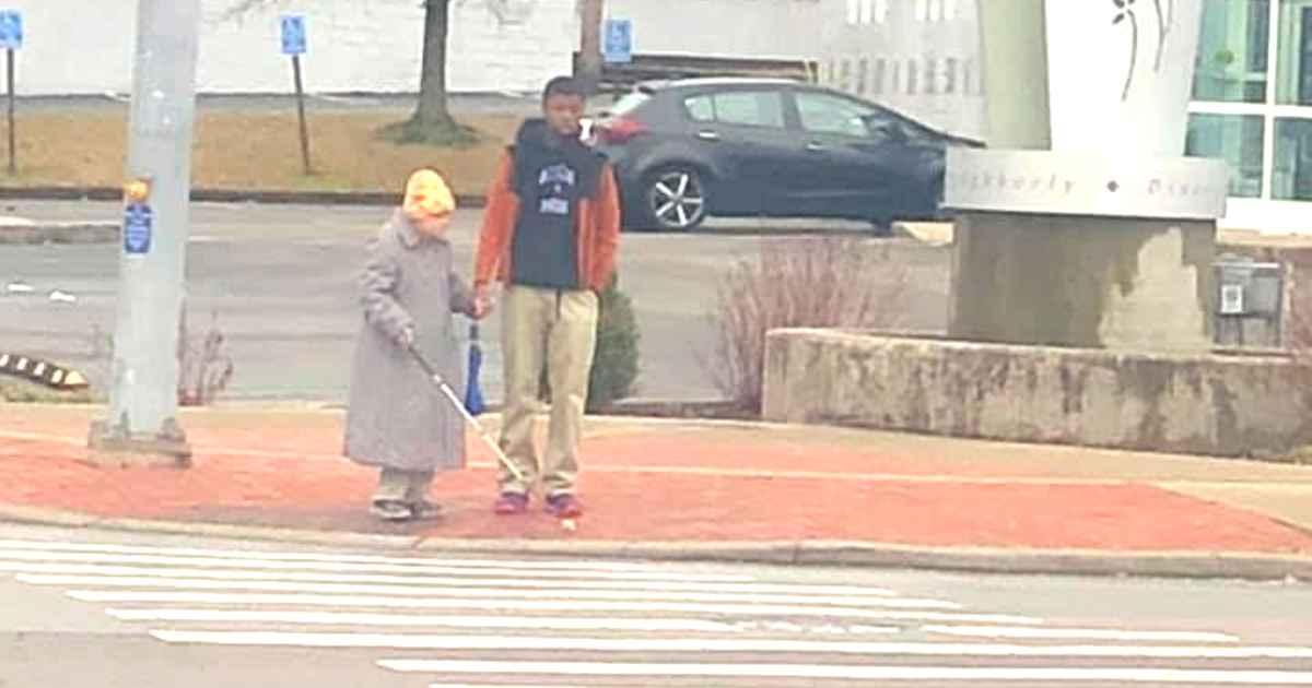 teen-helps-blind-woman-cross-street