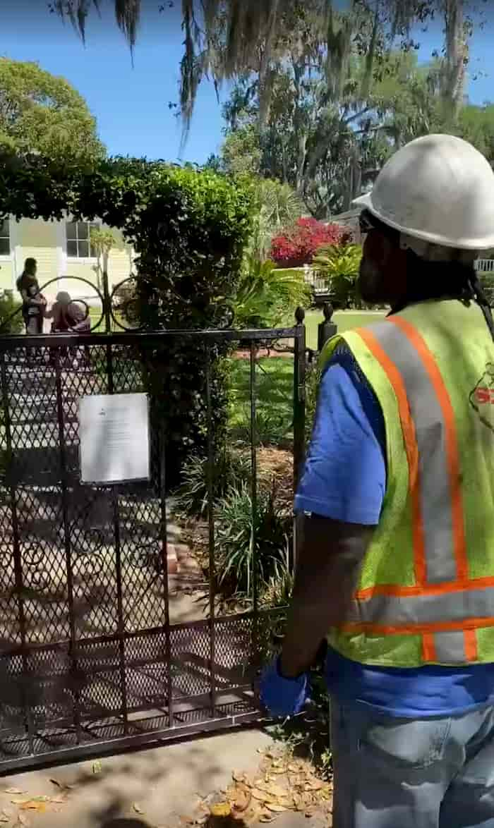utility-worker-sings-to-resident-2