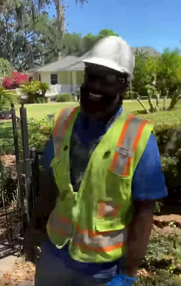 utility-worker-sings-to-resident-3