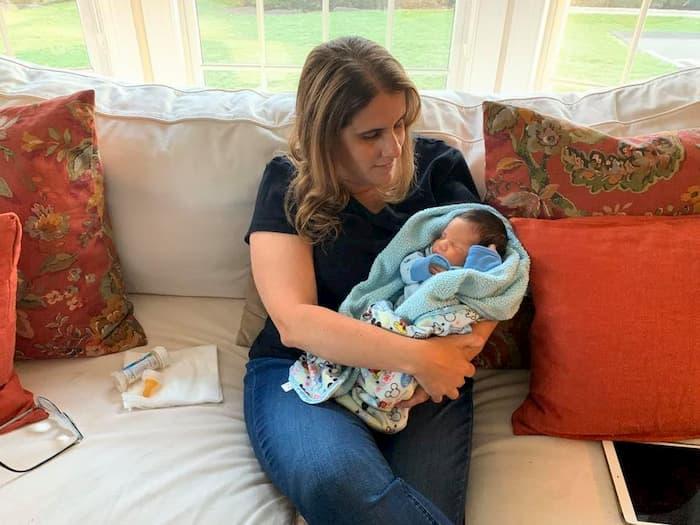 teacher-cares-for-newborn-baby-luciana-lira