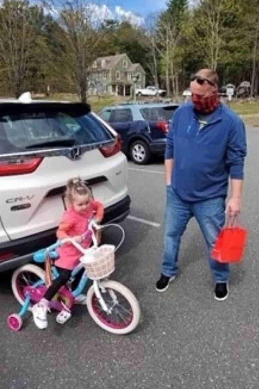officer-gives-bike-to-little-girl-2