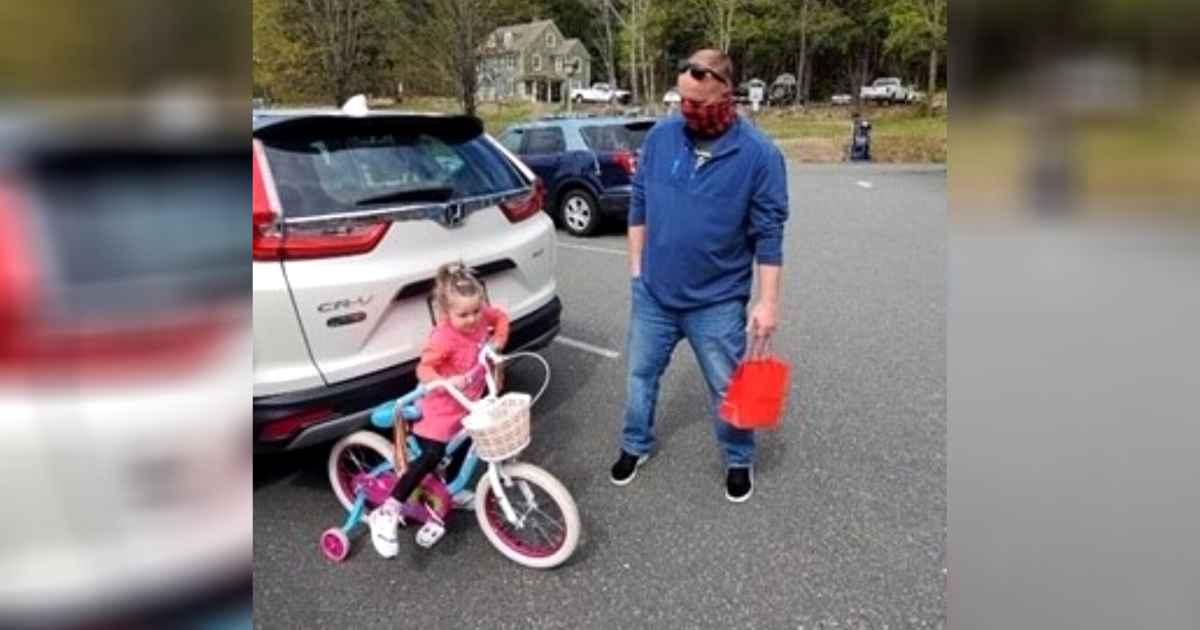 officer-gives-bike-to-little-girl