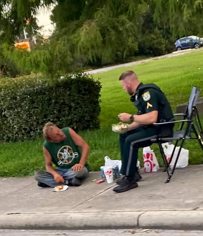 deputy-shares-dinner-with-homeless-man-2