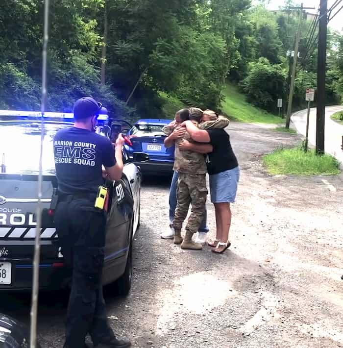 cops-helps-soldier-surprise-parents-3