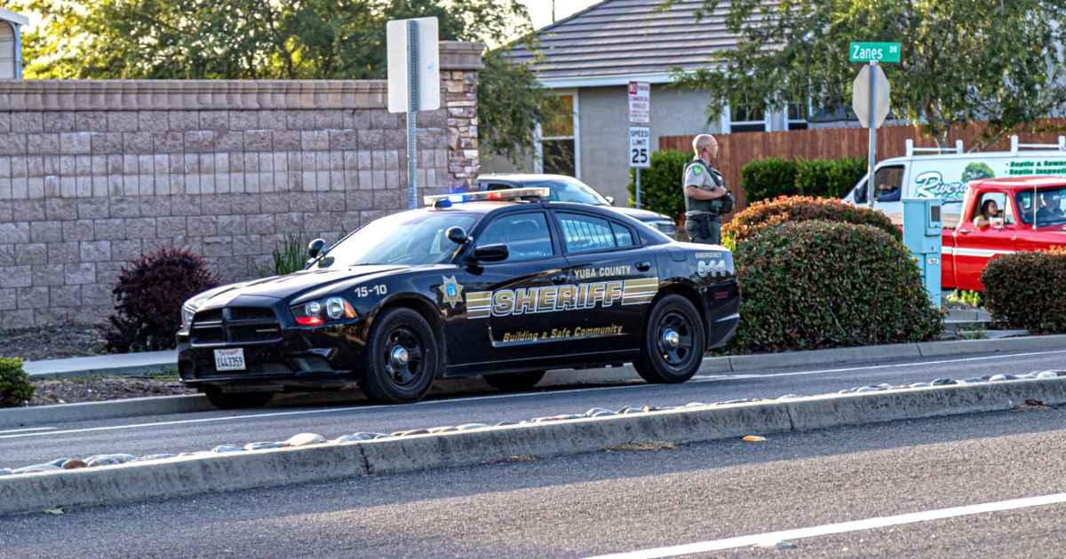 officer-helps-stranded-family