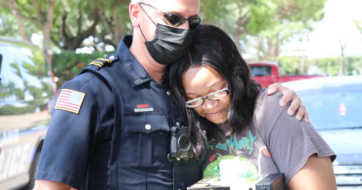 police-helps-woman-with-groceries-and-rent