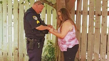 police-officer-prays-with-woman-he-arrested