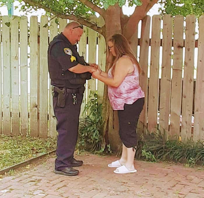 police-officer-prays-with-woman-he-once-arrested