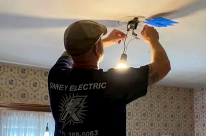 electrician-fixes-elderly-womans-house-for-free-3