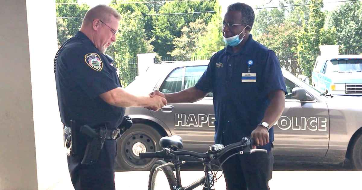 police-officer-gives-bike-to-theft-victim