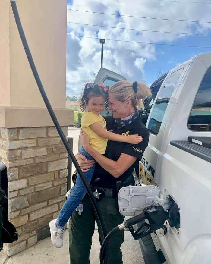 little-girl-hugs-police-officer-2