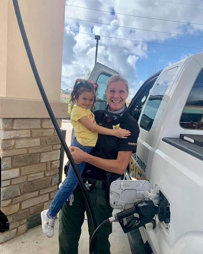 little-girl-hugs-police-officer-3
