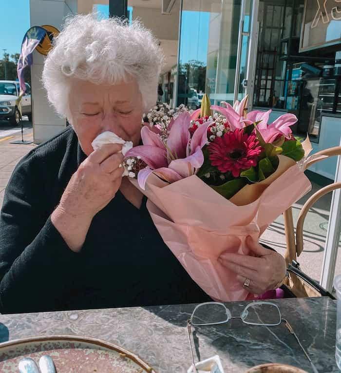 stranger-gives-widow-flowers-2