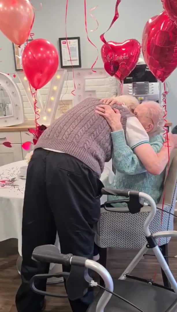 elderly-couple-reunited-after-covid-3