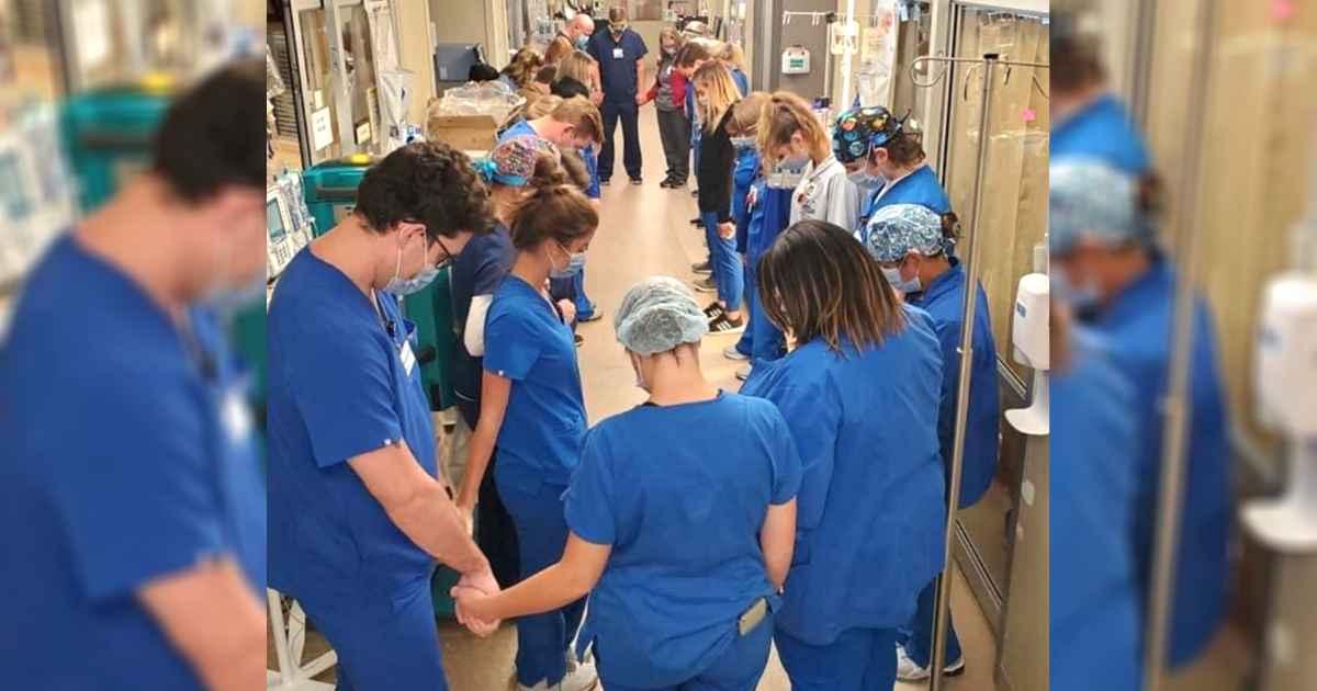 nashville-hospital-staff-praying
