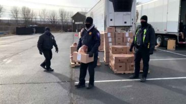 indiana-police-officers-delivers-food