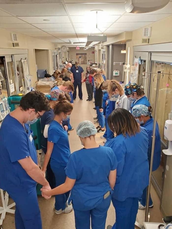 nashville-hospital-staff-praying-2
