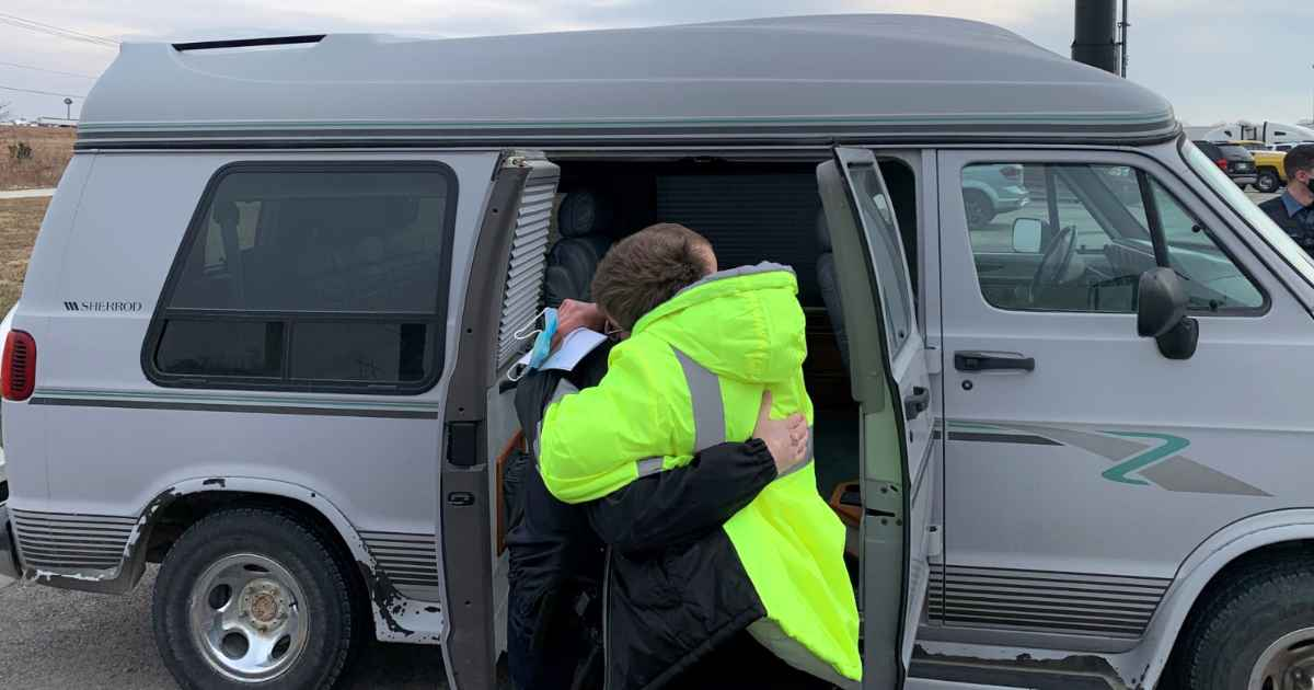 deputies-surprise-mom-with-van