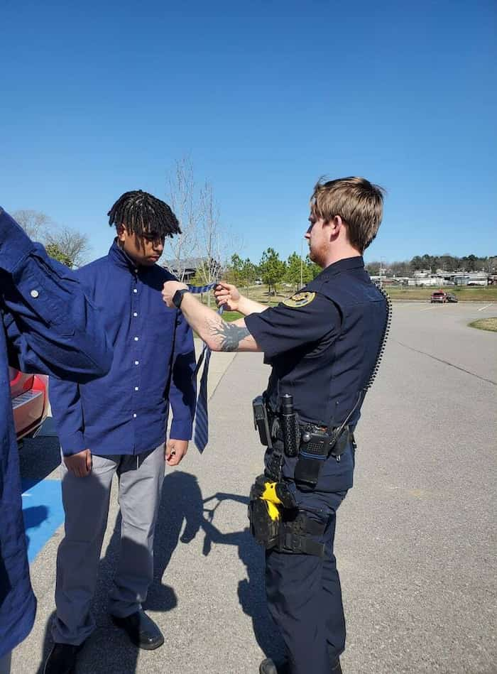 police-officer-helps-teens-tie-a-tie-3