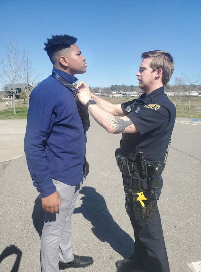 police-officer-helps-teens-tie-a-tie-2