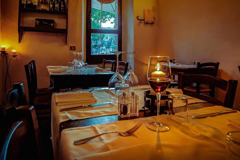 dove mangiare Pisa, bicchiere tavolo apparecchiato