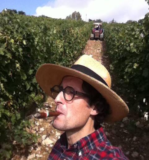 Toscano classico, Federico Minghi tra le vigne con un sigaro toscano