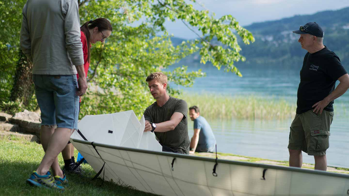 Folding and unfolding the ONAK canoe at Zurichsee Zurich Switserland with a happy crowd