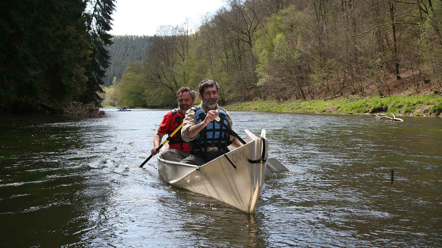 Paddling the ONAK foldable canoe together with friends on the Semois at Chateau d'Herbeumont during Autumn
