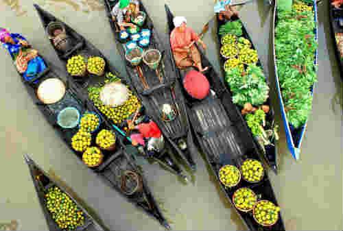 5 Pasar Terapung Paling Bagus di Dunia Ada Indonesia Juga Lho 01 - Finansialku
