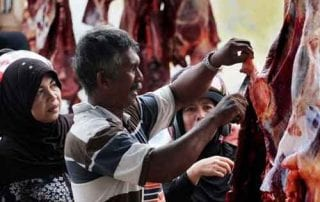 Bisa-Bisa Kanker! Bahaya Pakai Kantong Plastik Untuk Daging Kurban 01 - Finansialku