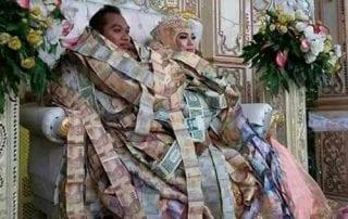 Pengantin Duduk dengan Tumpukan Uang 01 - Finansialku