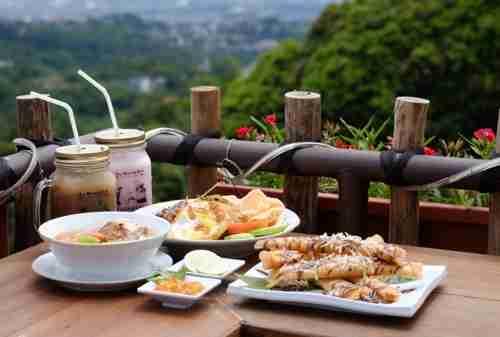 10 Tempat Wisata Kuliner Bandung Favorit yang Wajib Kamu Kunjungi 08 - Finansialku