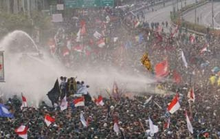 Heboh! Demonstran Diguyur Water Cannon Dan Gas Air Mata 01 - Finansialku