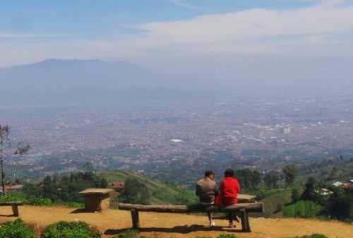 Tempat Honeymoon Bandung yang Indah dan Romantis 08 Bukit Moko - Finansialku