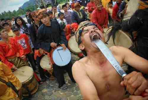 10 Potret Uniknya Kebudayaan Indonesia, Pernah Lihat yang Nomor 3_ debus
