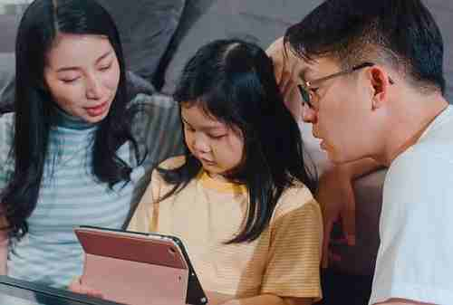 Apa Itu Permissive Parenting Style Bagaimana Efeknya Bagi Anak 01 - Finansialku