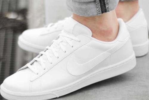 Paduan Style Kekinian 2020 dengan Sepatu Sneakers Putih yang Ciamik! 02 - Finansialku