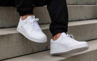 Paduan Style Kekinian 2020 dengan Sepatu Sneakers Putih yang Ciamik! 01 - Finansialku