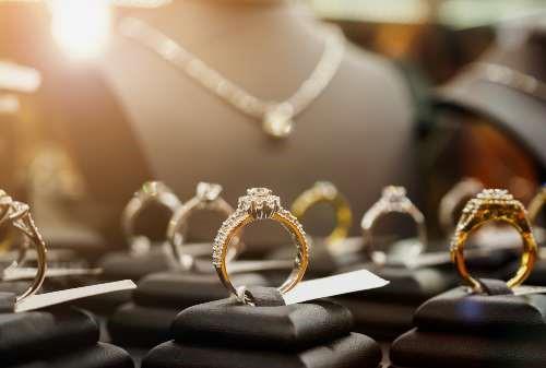 Beli Perhiasan Tanpa Ribet, Cuma Modal Kuota dan HP! Mau 02