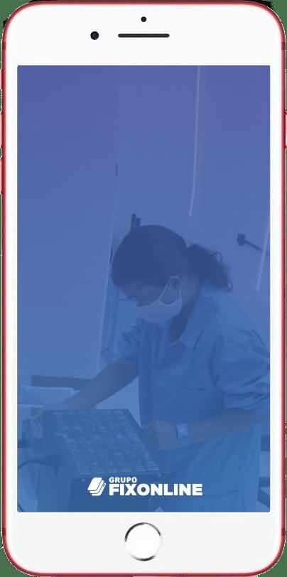 Troca de Vidro Iphone 7 Plus A FixOnline é especialista em TROCA DE VIDRO. Mas, você sabe diferenciar a TROCA DE VIDRO da TROCA DE TELA? A Fix te explica! :) A troca de vidro do Iphone 7 Plus consiste em removermos apenas a camada de vidro que fica acima do LCD. O LCD é o responsável por fornecer a imagem, cores e toque (touch). Portanto, o vidro tem função apenas estética e de proteção do LCD. Sendo assim, para que possamos trocar apenas o vidro, é importante que a tela esteja totalmente operacional, acendendo, com touch respondendo e sem manchas. Exceções: Pequenas manchas que não interferem na utilização permitem que o processo seja realizado.  Já os casos de TROCA DE TELA DO IPHONE 7 Plus ocorrem quando o LCD (imagem ou touch) foram afetados, causando grandes manchas ou impossibilidade de funcionamento do toque.  Agora que você já sabe a diferença entre TROCA DE VIDRO DO IPHONE 7 PLUS e TROCA DE TELA, confira os benefícios de realizar o serviço com a FixOnline.