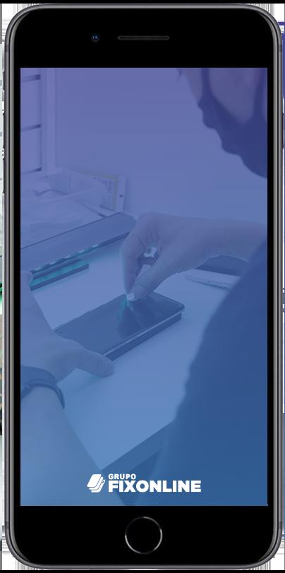 Troca de Vidro Iphone 8 Plus A FixOnline é especialista em TROCA DE VIDRO. Mas, você sabe diferenciar a TROCA DE VIDRO da TROCA DE TELA? A Fix te explica! :) A troca de vidro do Iphone 8 Plus consiste em removermos apenas a camada de vidro que fica acima do LCD. O LCD é o responsável por fornecer a imagem, cores e toque (touch). Portanto, o vidro tem função apenas estética e de proteção do LCD. Sendo assim, para que possamos trocar apenas o vidro, é importante que a tela esteja totalmente operacional, acendendo, com touch respondendo e sem manchas. Exceções: Pequenas manchas que não interferem na utilização permitem que o processo seja realizado.  Já os casos de TROCA DE TELA DO IPHONE 8 PLUS  ocorrem quando o LCD (imagem ou touch) foram afetados, causando grandes manchas ou impossibilidade de funcionamento do toque.  Agora que você já sabe a diferença entre TROCA DE VIDRO DO IPHONE 8 PLUS e TROCA DE TELA, confira os benefícios de realizar o serviço com a FixOnline.