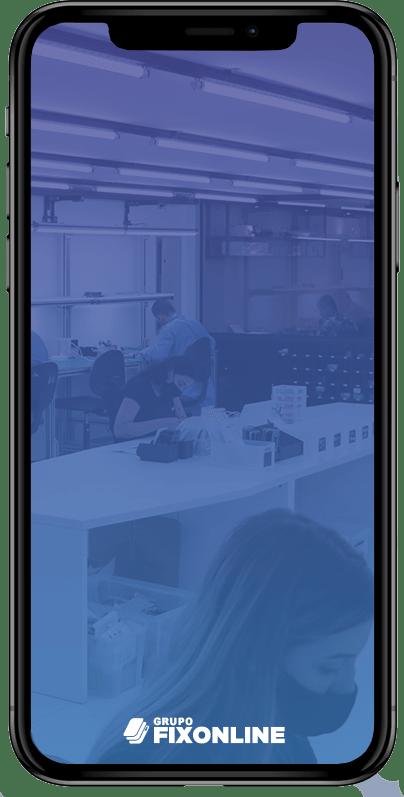 Troca de Vidro Iphone XS Max A FixOnline é especialista em TROCA DE VIDRO. Mas, você sabe diferenciar a TROCA DE VIDRO da TROCA DE TELA? A Fix te explica! :) A troca de vidro do Iphone XS Max consiste em removermos apenas a camada de vidro que fica acima do LCD. O LCD é o responsável por fornecer a imagem, cores e toque (touch). Portanto, o vidro tem função apenas estética e de proteção do LCD. Sendo assim, para que possamos trocar apenas o vidro, é importante que a tela esteja totalmente operacional, acendendo, com touch respondendo e sem manchas. Exceções: Pequenas manchas que não interferem na utilização permitem que o processo seja realizado.  Já os casos de TROCA DE TELA DO IPHONE XS Max ocorrem quando o LCD (imagem ou touch) foram afetados, causando grandes manchas ou impossibilidade de funcionamento do toque.  Agora que você já sabe a diferença entre TROCA DE VIDRO DO IPHONE XS Max e TROCA DE TELA, confira os benefícios de realizar o serviço com a FixOnline.