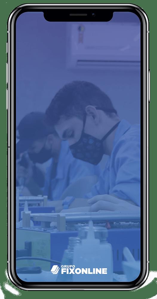 Troca de Vidro Iphone X A FixOnline é especialista em TROCA DE VIDRO. Mas, você sabe diferenciar a TROCA DE VIDRO da TROCA DE TELA? A Fix te explica! :) A troca de vidro do Iphone X consiste em removermos apenas a camada de vidro que fica acima do LCD. O LCD é o responsável por fornecer a imagem, cores e toque (touch). Portanto, o vidro tem função apenas estética e de proteção do LCD. Sendo assim, para que possamos trocar apenas o vidro, é importante que a tela esteja totalmente operacional, acendendo, com touch respondendo e sem manchas. Exceções: Pequenas manchas que não interferem na utilização permitem que o processo seja realizado.  Já os casos de TROCA DE TELA DO IPHONE X ocorrem quando o LCD (imagem ou touch) foram afetados, causando grandes manchas ou impossibilidade de funcionamento do toque.  Agora que você já sabe a diferença entre TROCA DE VIDRO DO IPHONE X e TROCA DE TELA, confira os benefícios de realizar o serviço com a FixOnline.