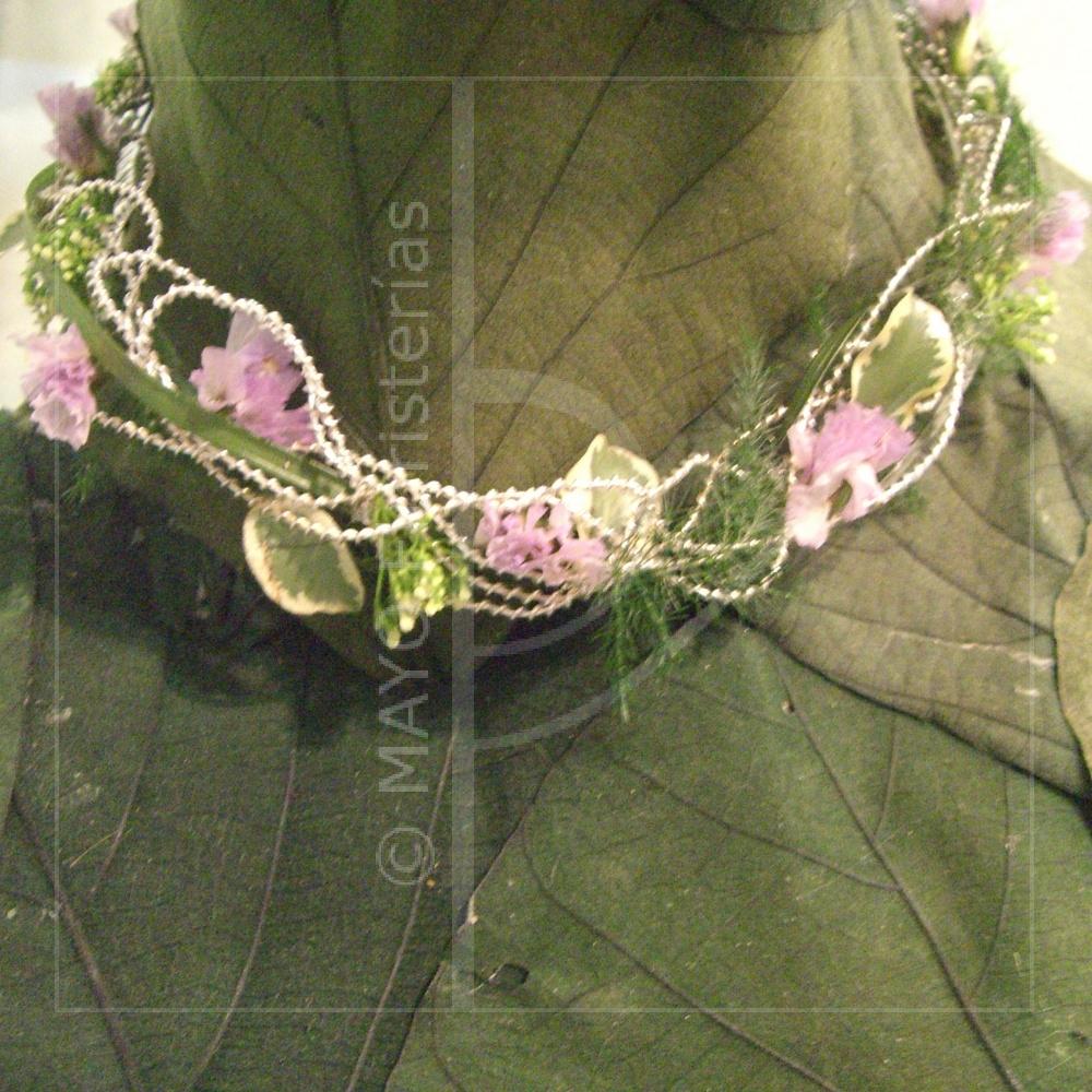 Collar de flores a juego con el ramo