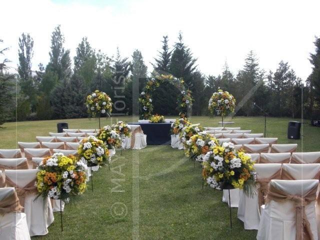 Decoración de boda en jardín con pasillero y arco