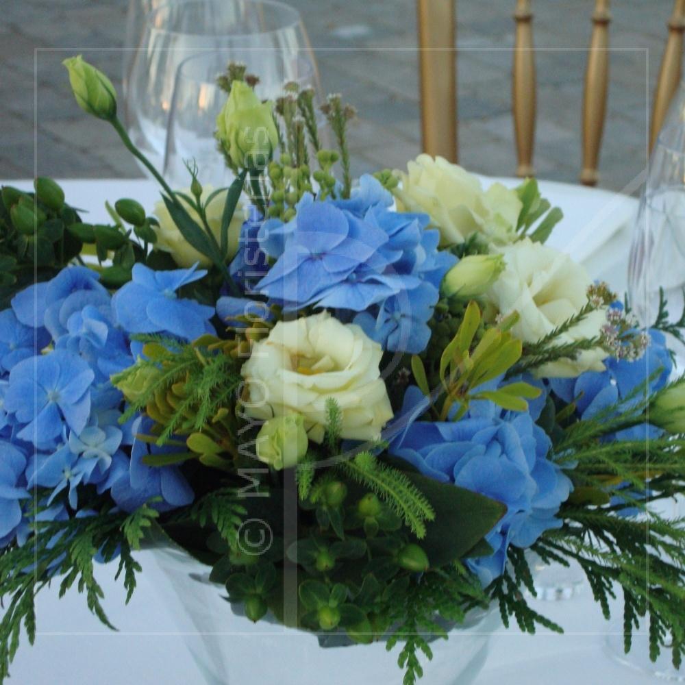 Decoración salón de bodas: Centro de mesa de HORTENSIAS y EUSTOMA