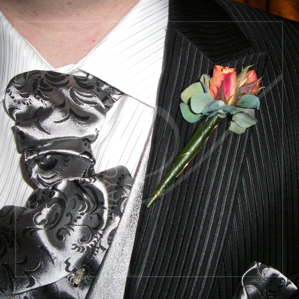 Prendido para el novio rosas